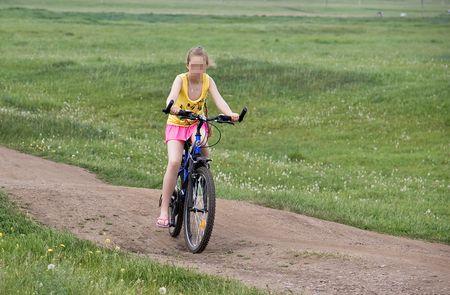 ВКрасноярске скончалась 12-летняя девочка изБоготола, упавшая свелосипеда