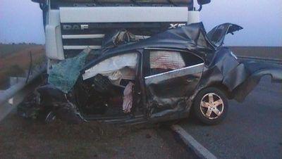 Два человека изРостова погибли под Новосибирском встолкновении легковушки и грузового автомобиля