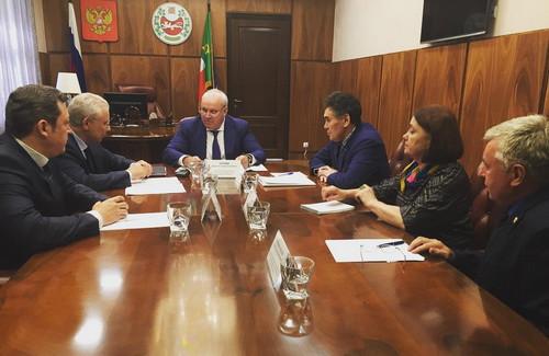 Руководитель Хакасии назвал Новосибирск «колхозом идеревней»