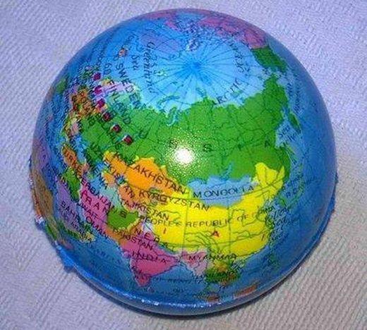 Глобус производства КНР с Украиной и Аляской в составе РФ